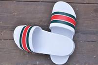 черный для резины оптовых-Лучшие продажи роскошный дизайнер мужчины и женщины летние резиновые сандалии пляж скольжения мода износостойкие белый черный тапочки открытый обувь