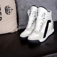 schnüren sich oben keilschuhe frauen großhandel-Damen Damenmode Wedge Sneakers Versteckte Fersen Schwarz Weiß Rivetes hoch steigende Schnürschuhe