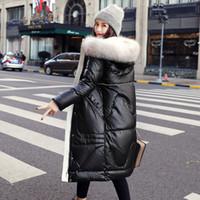 chaqueta de color brillante al por mayor-2019 de invierno por la chaqueta larga femeninos abajo parkas grandes mujeres del collar de la piel de la prendas de abrigos capucha sobre el brillante color de la manera de la rodilla