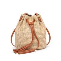 bolso de paja de playa con cordón al por mayor-JIARUO Summer Beach Small Women Straw Bucket Bag Bolso de borla Bolso de hombro con cordón Messenger Crossbody Bolsos Monederos con paneles