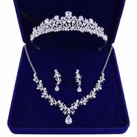 gelin kron kolye toptan satış-Yüksek kaliteli yeni gelin taç tiara üç parçalı zirkon kolye küpe kadın aksesuarları hediye ile prenses doğum günü düğün