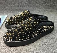 красная удобная обувь оптовых-Новый конструктор Red Bottom Тапочки Тапки мужские черный из натуральной кожи с шипами лета Вьетнамки, Роскошные сандалии Благоустроенный пляж обувь