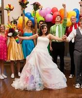 modestos vestidos de novia de colores al por mayor-2019 Nuevo vestido de novia de arco iris de colores sin tirantes de encaje vestido de novia rosado rojo azul púrpura falda de tul vestido de novia drapeado modesto