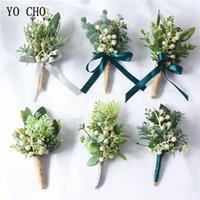 ingrosso boutonnieres artificiali di nozze-YO CHO fiore all'occhiello Boutonniere Corpetti bianchi verdi bacche artificiale pianta di eucalipto foglia pino aghi in stile foresta festa di nozze forniture