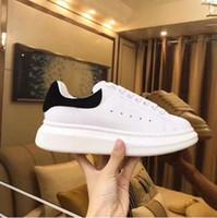 erkek kıyafeti üstü toptan satış-2020 Lüks Tasarımcı Erkekler Kadınlar Sneakers Ucuz En Üst Kalite Moda Beyaz Deri Platform Ayakkabı Düz Dış Mekan Günlük Elbise Parti Ayakkabıları