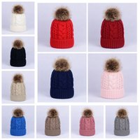 bola de piel de gorro de invierno al por mayor-Invierno Mujeres Twist Knitted Hat Warm Pom Pom Fur ball Lana forrada de lana Sombrero Lady Skull Beanie Crochet Ski Outdoor Caps LJJA3098