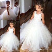 vestidos blancos del desfile para la venta al por mayor-Venta caliente de encaje de espagueti y tul Vestidos de niña de las flores para la boda Vestido de fiesta blanco Vestidos de princesa para niñas Vestidos de comunión para niños