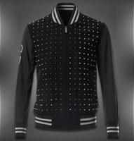 veste en laine noire achat en gros de-Studs Woolen Baseball Black Jacket Avec Rivet Patch Pour Hommes Lettres De Broderie Garniture Fit Homme Vêtements de loisirs