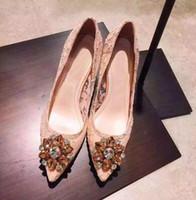 saltos altos brancos e verdes venda por atacado-Hot Sale-Noiva Sapatos de Casamento de Diamante Cravejado de Cristal Claro Bombas Dedo Apontado Stilettos Lace High Heels Verde Vermelho Branco Amarelo
