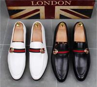 zapatos de estilo británico para hombre. al por mayor-Moda de alta calidad para hombre High Top estilo británico Rrivet Causal zapatos de lujo de los hombres de oro rojo zapatos inferiores negros zapatos de vestir hombres