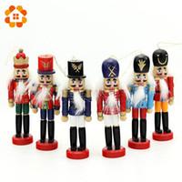 ingrosso decorazione della bambola di legno-6pcs 12cm Schiaccianoci in legno Puppet Zakka Decorazione desktop creativa Ornamenti natalizi Disegno Noci Soldati, Bambole fascia