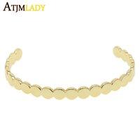 ingrosso braccialetto delicato del oro-Braccialetti di polsino delicati di colore dell'oro I braccialetti aperti di figura di moneta rotondi eleganti per le donne regolano il regalo dei monili d'avanguardia semplice