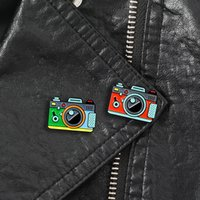 mochila de câmera vermelha venda por atacado-Broche Da Câmera Da Cor verde Vermelho 2 Cor Rainbow Câmera Digital Esmalte Pinos Casaco Cap Fotografia Mochila E Crianças Emblema Presentes