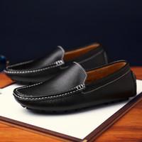 туфли на высоком каблуке оптовых-Высокое качество мужчин Мокасины Real Leather Shoes Мужская мода Обувь Лодочные Марка Мужчины вскользь кожаные Самец Flat кроссовки черный коричневый Размер 39-44
