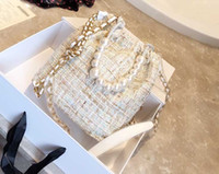 cadena de moda con cordón al por mayor-Nuevo diseñador de moda caliente de la mujer bolsos de la perla de la cadena bolsa de hombro Buena calidad diseñador Crossbody Bolsos pequeño lazo Bucket Bag Packback