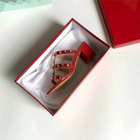 beste heeled pantoffeln großhandel-Frauenschuhe Freies Shiping! Frauendesignersandelholze Entwerfer-Hefterzufuhr-Niet-Dia-Dame Fashion Studded Fashion Best Selling 5CM Ferse heißes 35-41