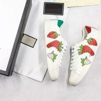 bordar material venda por atacado-New Luxe Morango Sapatos de Grife Ace Qualidade Superior Material de Couro Real Luxe Bordado Sem Cola Branco Sneakers Mulheres Com Caixa