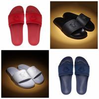 erkekler için mavi sandaletler toptan satış-Yüksek Kaliteli Lüks Tasarımcı Terlik Erkek Kadın Yaz Siyah Beyaz Kırmızı Mavi Plaj Medusa Slayt Moda Scuffs Sandalet Kapalı Ayakkabı Size36-46