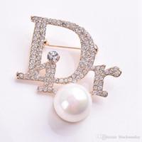 habille des broches perlées achat en gros de-Femmes délicates perle broche avec cristal Designer broche pour robe bijoux épinglettes costume épingles