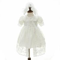 neugeborene mädchen brautkleider großhandel-neugeborenes Baby kleidet Spitzebaby-Taufkleid-Taufkleidprinzessin lange Babykleider, die neugeborenen Kleiderhut 2pcs A5930 wedding sind