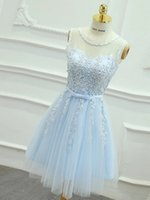 vestidos de novia azul celeste al por mayor-Elegante Scoop sin mangas Baby Blue Vestidos de baile en línea Mini apliques de encaje cortos Vestidos de fiesta universitarios con faja Vestidos de fiesta nupciales