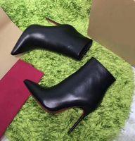 ankle boots couro clássico mulheres venda por atacado-Hot Black Leather com Spikes Pointed Toes Mulheres Ankle Boots Fashion Designer clássico moda Sexy Ladies Red Fundo Sapatos de Salto Alto