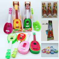 guitarra de instrumentos musicais de brinquedo venda por atacado-Brinquedos da guitarra da fruta das crianças Early Learning Simulação Instrumento Musical Quatro Cordas Pode Jogar Caixa de Presente Dos Desenhos Animados Ukulele