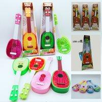ingrosso strumenti di simulazione-Giocattoli per chitarra frutta per bambini Apprendimento precoce Strumento musicale Simulazione Quattro corde possono essere riprodotte con scatole regalo in cartone animato Ukulele