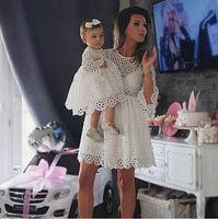 pijamas unisex de navidad familiar al por mayor-Moda familia Ropa a juego Madre Hija Vestidos Mujeres Floral Vestido de encaje Baby Girl Mini vestido Mamá Baby Girl Party ropa