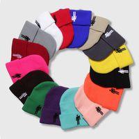 renkli nakışlar toptan satış-Billie Eilish Örme Şapka Kadın Kış Sıcak Rahat Tığ Şapka Nakış Renkli Erkekler Kadınlar Örme Kap 18 Renkler HHA560