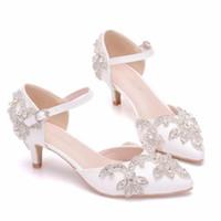 sandalias bajas gruesas blancas al por mayor-Rhinestone blanco ahueca hacia fuera la hebilla del estilete del dedo del pie acentuado una palabra Banda de tacones altos tacón bajo Sandalias de gran tamaño Cristal Zapatos de boda