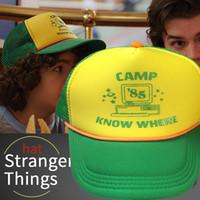 boné de beisebol malha verde venda por atacado-O chapéu de basebol de Dustin das coisas estranhas para adultos caracteriza o acampamento sabe onde o título na viseira verde e amarela do Mesh ...