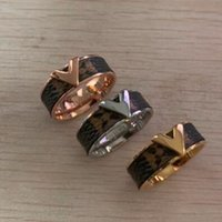 ingrosso piastre di timbro fiori-Famoso designer in acciaio al titanio all'ingrosso V timbro adesivo modello in pelle anello in oro 18 carati paio anello vecchio fiore anello per il regalo del partito