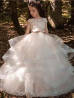 yaylı elbise toptan satış-2019 Cap Kollu Tül Ruffles Etek A Hattı Çiçek Kızların Elbiseler Dantel 3D Çiçek Boncuklu Bow Kanat Hollow Geri Kızların Elbiseler BA7652