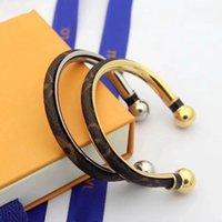 gold-armbänder großhandel-Heißer verkauf mode dame titanium stahl 18 karat vergoldet runde wrap druck blume v brief leder offene armband armreif 2 farbe