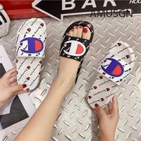 baño de hombres al por mayor-Campeón Para Hombre Para Mujer Diseñador de Verano Sandalias Zapatillas de Calle de Lujo Marca Mules Slip On Flip Flops Sandalias Planas Playa Lluvia Zapatos de Baño A52406