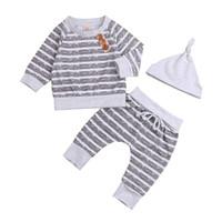 bebek giyim fiyatları düşük toptan satış-Yenidoğan Bebek Erkek Çizgili Gri Üst Pantolon Şapka 3 Adet Set Kıyafetler Uzun Kollu Kısa Stilleri erkek bebek Giysileri giyim gümrükleme Düşük fiyat