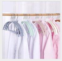 nass trocknender kleiderbügel großhandel-Neue gebogene Anti-Rutsch-Immersion geformte Kleiderbügel Vergröberung und traceless Trocknung Kleiderbügel Großhandel in Dry-Nass-Zweifach-Tuch