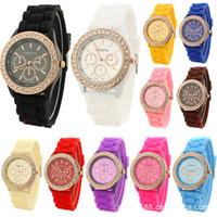 женские наручные часы силиконовой жены оптовых-Роскошные Алмазные Женевские Часы Силиконовые Полосы Наручные Часы Мода Конфеты Цвет Часы Мужские Кварцевые Наручные Часы Для Мужчин Женщин Подарок Дизайнер