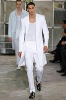 44 lange jacke großhandel-Sommer Lange Jacke Weiße Hose Bräutigam Smoking Hochzeit Anzüge für Männer Erreichte Revers Mann Blazer 2 Stück Mantel Hosen Prom Party Kostüm Homme
