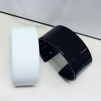 weiße metallarmbänder großhandel-2,8X6 CM C stil schwarz und weiß acryl metall brief armband Europäischen und Amerikanischen damen sammlung mode armband Schmuck zubehör