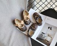 zapatos de vestir de princesa de chicas blancas al por mayor-Nueva princesa de las muchachas Zapatos de cuero para niños se viste sandalias de los zapatos de moda las flores blancas de la boda escuela de los niños zapatos planos