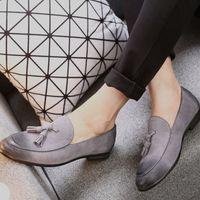 mocasines de vestir de cuero para hombres al por mayor-Venta caliente- Zapatos casuales Cuero genuino Vaca gamuza Tassel Hombres Mocasines Diseñador Marca Zapatos de vestir Zapatos Oxfords para hombre Suela roja