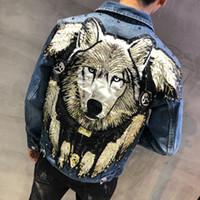 kot punk tarzı erkekler toptan satış-YASUGUOJI Yeni 2019 Punk Tarzı Roman Kurt Işlemeli Perçin Jean Ceket Erkekler Erkekler için Denim Ceketler Streetwear Ince Kot Ceket