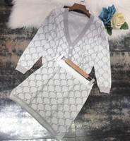 mini cardigans al por mayor-2019 Blanco / Rosa V Cuello Mangas medias Tejer Cardigans y faldas de las mujeres Diseñador D Letra Jacquard 2 unidades Conjuntos para mujer 72892