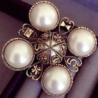 habille des broches perlées achat en gros de-Gros Vintage Croix 5 Perle Fleur Personnalité Broche Bijoux Célèbre Broche Broches Broches Pour Robe Pull
