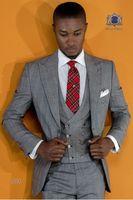 gri ustura stilleri toptan satış-Açık Gri kafes Erkekler Düğün Smokin Tepe Yaka Bir Düğme Damat Smokin Yeni Stil Erkekler Ceket Blazer 3 Parça Suit (Ceket + Pantolon + Kravat + Yelek) 70