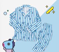 mulheres conjuntos de pijama de inverno venda por atacado-Conjuntos de Pijama adolescente BTS Sleepwear Dos Desenhos Animados Pirnt Listrado Projeto Mens Underwear Mulheres Pijamas Sleepwear Inverno Outono Sono Tops E Bottoms
