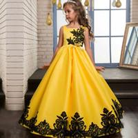 gelbes satin blumenmädchen kleid großhandel-Günstige Gelbe Blume Mädchen Kleider 2019 Bateau Neck Lace Applique Günstige Partykleid für Kinder Pageant Kleider Geburtstag Kleid