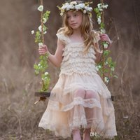 цветок девушка кружевной плащ оптовых-Sweety beach boho длиной до колен a-line Flower Girl платья для свадьбы кружева мыс рукав шампанское дети Причастие платье день рождения одежда Платья